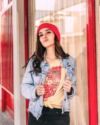 赤い帽子の若い女性