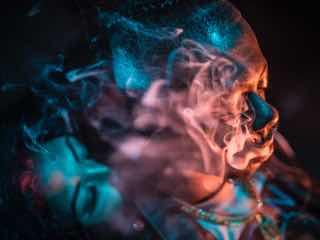 煙をはきだす女性たち