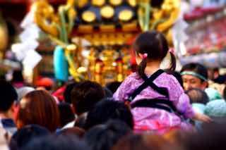 お祭りで親に肩車されてる女の子