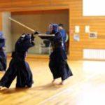 体育館で剣道をしている風景