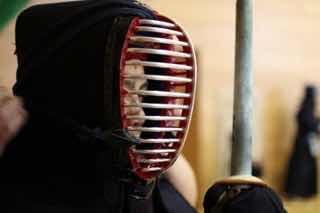 面をつけて気合いを入れる剣道選手
