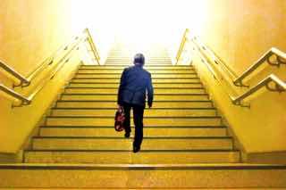 ひとり階段を上るサラリーマン