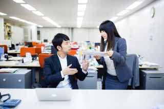 オフィスで会話する男女