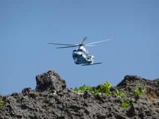 岸壁を飛び越すヘリコプター