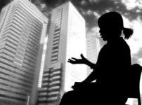 住宅問題を語る女性のシルエット