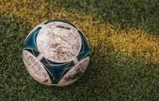 泥だらけのサッカーボール