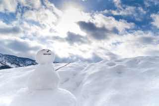 雪と雪だるまと青空