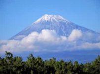 雲にかすむ富士山