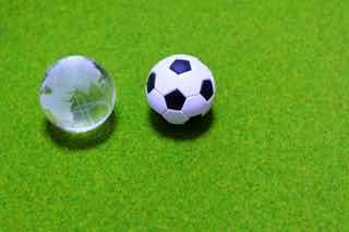 サッカーボールとガラスの地球儀