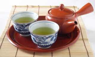 お盆に置かれた2杯のお茶と急須