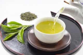 湯のみに注がれる緑茶