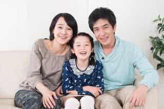 両親と娘の仲良し家族
