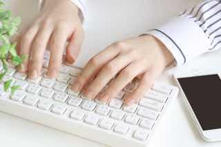 PCのキーボードを打つ手