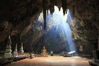 洞窟に光が差す