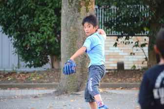 キャッチボールする子供