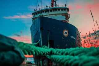 港に繋留される貨物線
