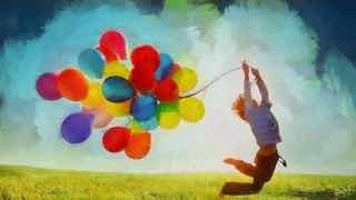 風船をもって飛び跳ねる男の子