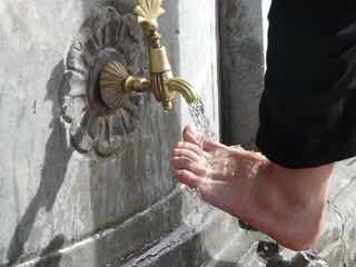 おしゃれな蛇口で足を洗う