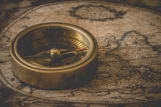 古い地図と方位磁石