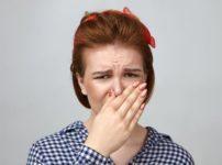 鼻を抑える外国人の女性