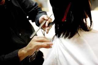 美容師に髪を切ってもらう