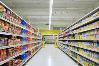 大型スーパーの店内