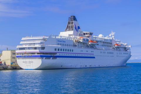 港湾に停泊する豪華客船