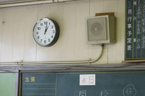 教室の時計とスピーカー