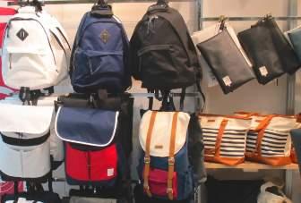 たくさんのアウトドア用バッグ