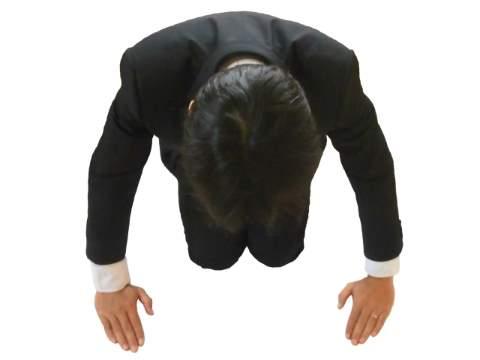 土下座するスーツ男性