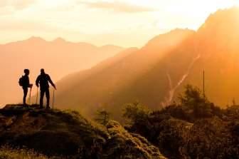 山頂からの光を浴びる登山者たち