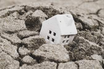 砂に沈む模型の家