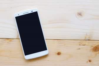 床に置かれたスマートフォン